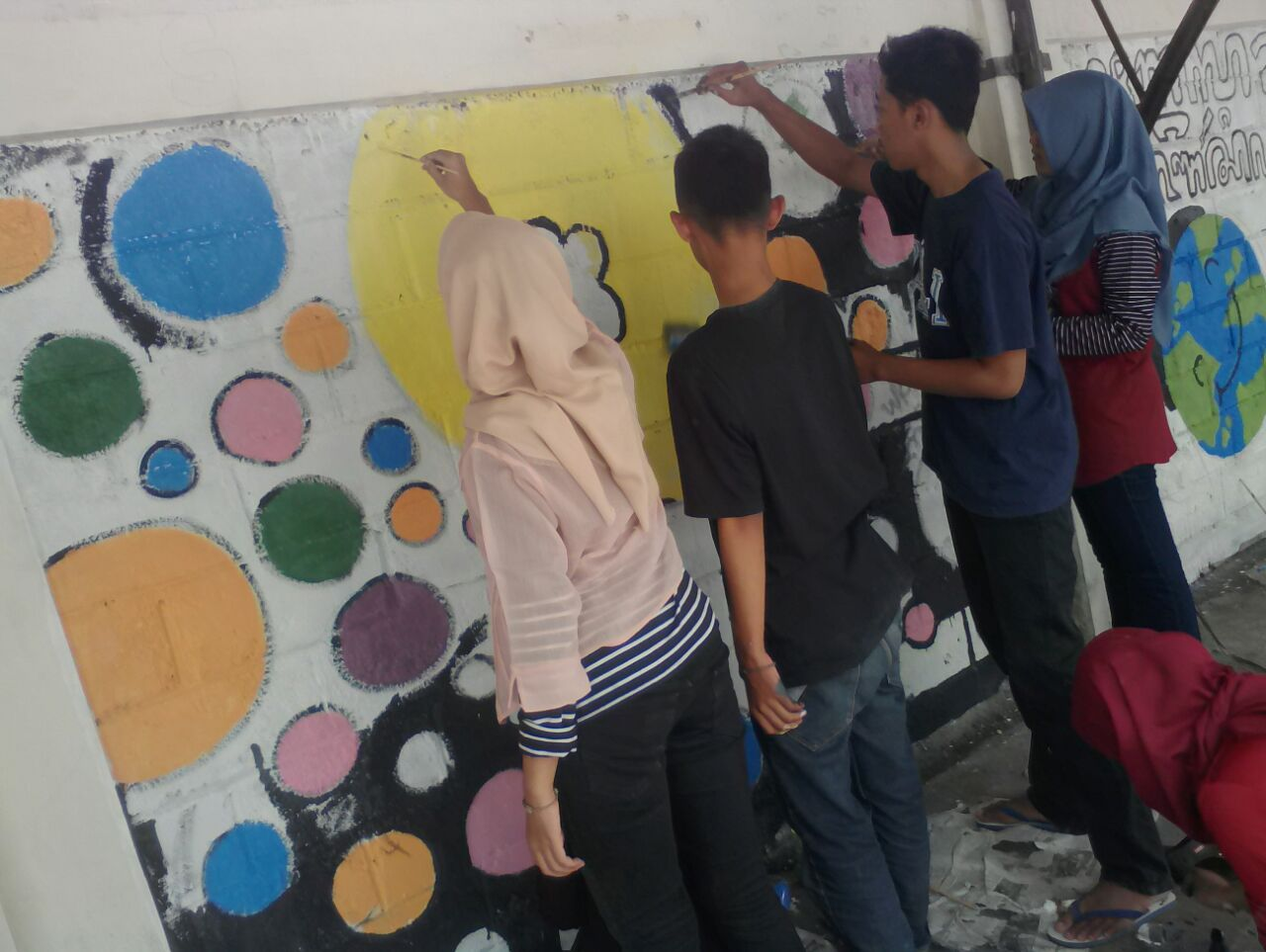 Para Siswa MAN 2 Sleman Semangat membuat Mural